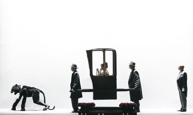 """Wiens neue """"Alte Dame"""", Katarina Karnéus, im Bühnenbild David Fieldings für die Neuinszenierung durch Keith Warner im Theater an der Wien."""