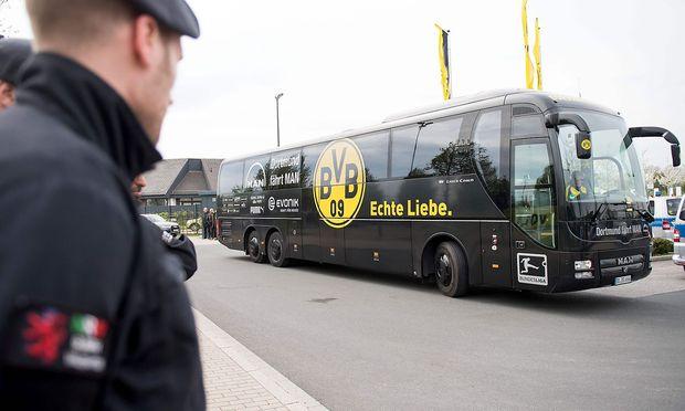 Erhöhte Polizeipräsenz beim Borussia-Trainingsgelände in Dortmund am Tag nach dem Anschlag; die Mannschaft wird in einem Ersatzbus befördert.