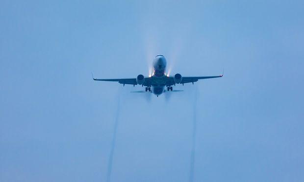 Ein Airbus über dem Flughafen München. Experten sind von der Aktie des Flugzeugbauers angetan. / Bild: (c) imago images / blickwinkel (A. Hartl)