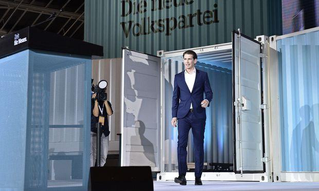 Die ÖVP im Zeichen des Umbaus: Sebastian Kurz tritt aus einem Baucontainer.