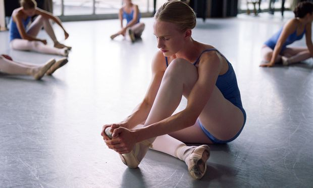 Kein Diskriminierungsdrama: An der Tanzakademie ist Laras (Victor Polster) Geschlecht kein Thema.