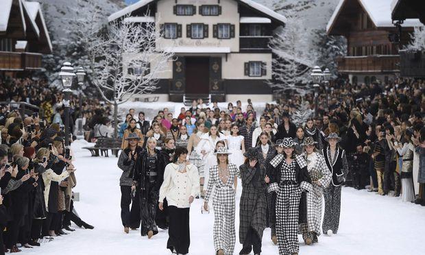 Weinen streng verboten, hieß es vor dem Finale des Chanel-Defilees. Nicht alle Models hielten sich daran. Das Publikum feierte Lagerfeld mit minutenlangen Standing Ovations.