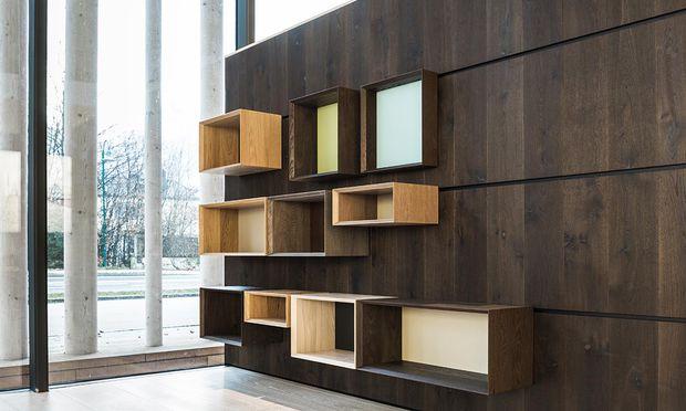 Holzvariationen für Boden, Wand und Möbel.