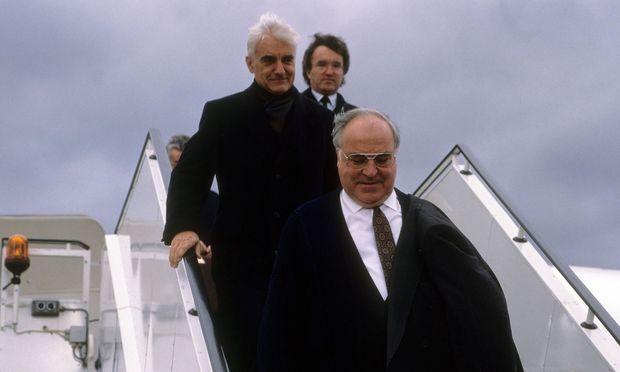 Horst Teltschik (hinten) war knapp zwei Jahrzehnte lang an Kohls Seite.