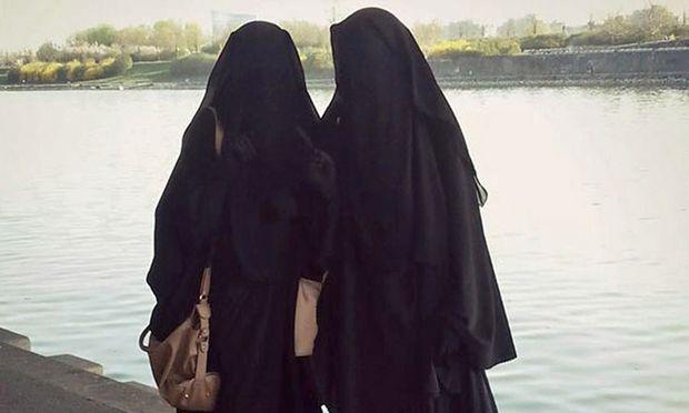 Die Wienerinnen Sabina und Samra posteten vor ihrer Abreise nach Syrien dieses Bild. Sabinas Verbleib ist unklar, ihre Kinder befinden sich im syrischen Camp Hol.