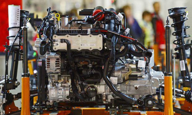 Verschiedene Motoren stehen am Tag der offenen Tuer am 06 09 2015 an der Produktionsstrecke des VW G