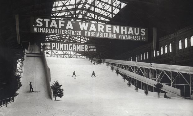 """Der erste Schneepalast – """"weltweit"""": Für 1,50 Schilling durften die Wiener zwei Stunden über die kurze Skipiste wedeln."""