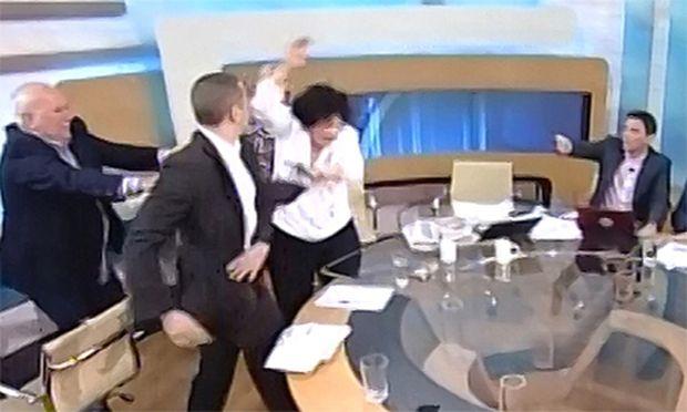 Griechischer NeonaziAbgeordneter pruegelt TVShow