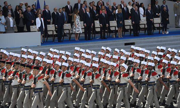 2017 betrachtete Trump gemeinsam mit Macron eine Parade der franzäsischen Fremdenlegion.