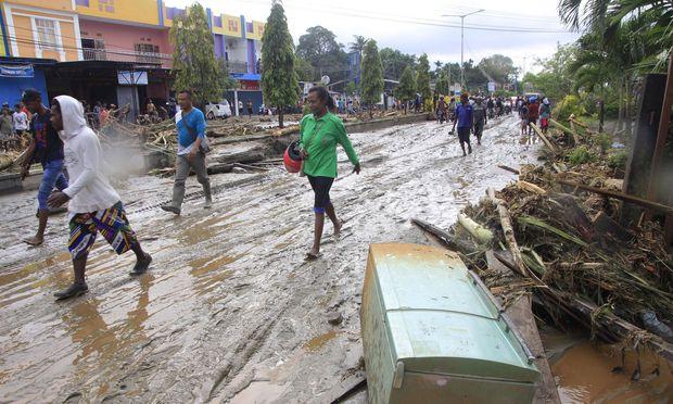 73 Tote in Indonesien nach Sturzflut