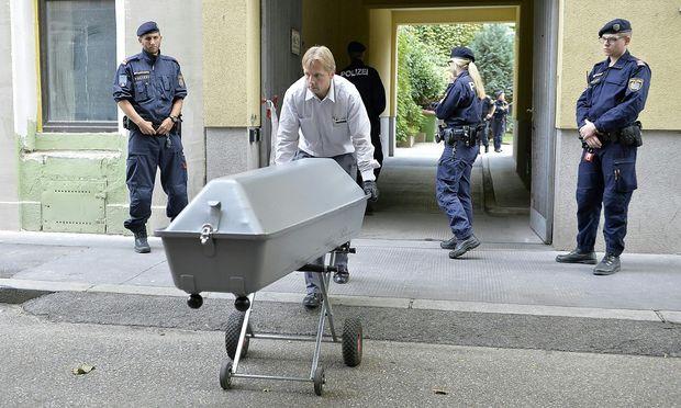 Archivbild: Die Leiche der 14-Jährigen wird vom Tatort in Wien-Favoriten abtransportiert