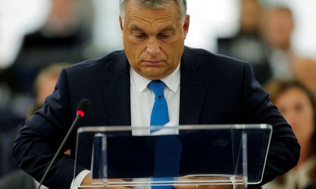 Viktor Orbán rechtfertigte sich nicht für die kritisierten Verfehlungen. In einem Statement vor dem Europaparlament sprach er von Verrat an seinem Land.