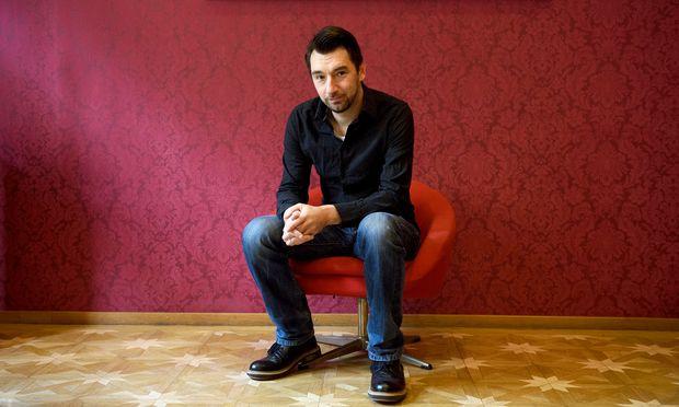 Bernhard Egger auf dem Stuhl, der sonst seinen Gästen vorbehalten ist. Er trifft sie backstage, im Hotel am Stephansplatz oder hier, im Salon des Josefshof.