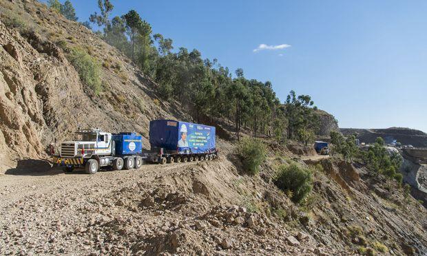 44 Kesselmodule, 14 Gasturbinen und 25 Generatoren mit Gewichten zwischen 80 und 160 Tonnen für den Kraftwerksbau über 1800 und 2200 Kilometer auf Schotterstraßen über die bolivianischen Anden unterwegs. / Bild: (c) Siemens