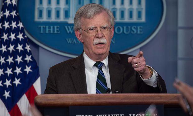 Trumps Sicherheitsberater John Bolton betonte am Sonntag, der US-Rückzug beginne erst, wenn der IS besiegt sei und ein Schutz für die syrischen Kurden bestehe.