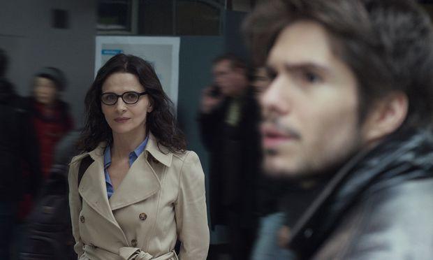 Schon etwas zu schön für diese Geschichte ist Juliette Binoche in dieser Szene. Ihr Internet-Liebhaber Alex (rechts) bemerkt sie dennoch nicht: Er sucht hier im realen Raum eine Frau, in die er sich leidenschaftlich verliebt hat – doch es gibt sie nur im virtuellen.