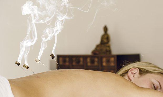 Die Moxa-Therapie ist eine Variante der Akupunktur mit Wärme. Sie stammt aus der Traditionell Chinesischen Medizin.