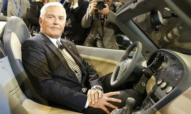 Als man Autos definitiv noch selbst fuhr (und es Pontiac noch gab): Bob Lutz als GM- Vizepräsident im Pontiac Solstice, 2004.