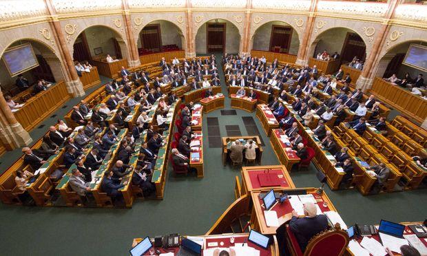 Im ungarischen Parlament regiert Orbáns Fidesz mit Verfassungsmehrheit. Sie schreckte weder vor Änderungen der Verfassung noch vor Einflussnahme auf Justiz und Medien zurück.