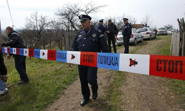 Die Polizei am Tatort im Dorf Velika Ivanca, wo ein Mann 13 Menschen erschoss.