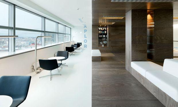 Auf Ebenen. Ein Open Mind Office zu schaffen,  war der Auftrag von Samsung Vienna an Innocad Architektur. Um Gespräch und  Vernetzung, Rückzug und  Konzentration zu ermöglichen, fasste man die  klassischen Arbeitsbereiche  auf vier Geschoßen  zusammen, das fünfte,  in der Mitte, wurde zur  Kommunikations- und Kollaborationsplattform.