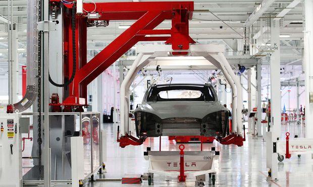 Tesla-Produktion im kalifornischen Fremont: Das permanente Verfehlen selbstgesetzter Ziele macht Analysten langsam nervös.