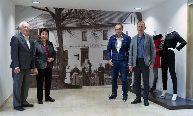 Links: Gründer Karl und Berti Mayr. Rechts: Nachfolger Ernst und Karl Mayr. Und im Hintergrund die Vergangenheit.