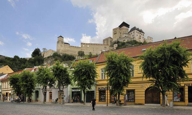 Über dem Waagtal thront die Burg Trenčin.