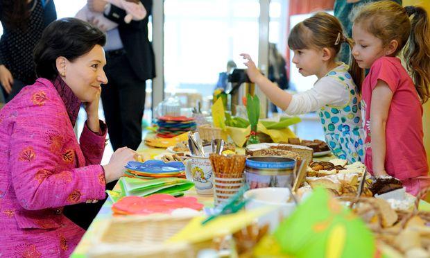 Bildungsministerin Gabriele Heinisch-Hosek zu Gast im Kindergarten (Foto aus dem April 2014). [