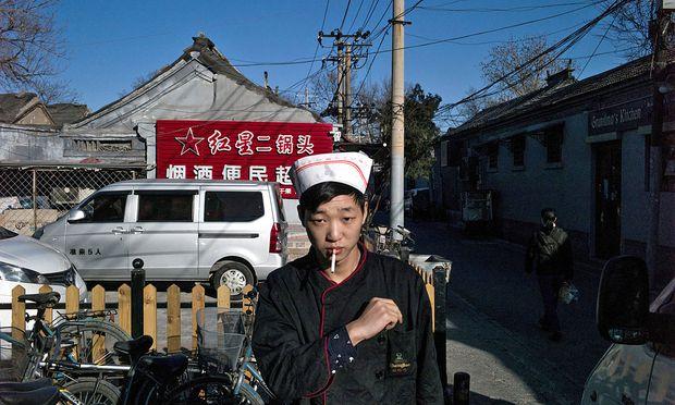 """Die Mächtige Tabakindustrie in China mache junge Menschen  laut WHO-Experte Bernhard Schwartländer """"systematisch süchtig"""". / Bild: (c) AFP (FRED DUFOUR)"""