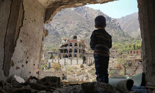 Drei Jahre Militäreinsatz im Jemen. Ein Bub betrachtet die Ruinen in der südjemenitischen Stadt Taez.