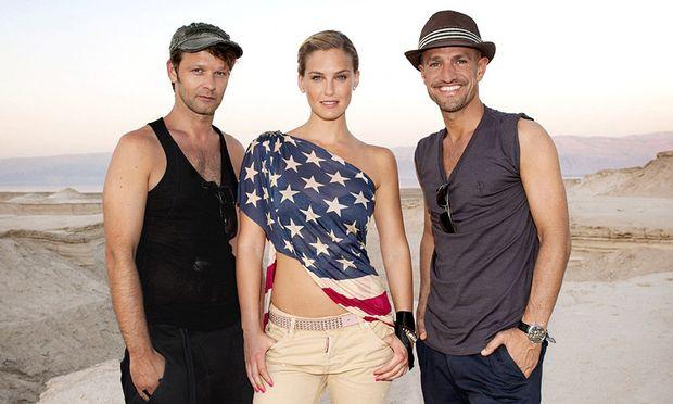 Topmodel Bar Refaeli, Model-Agent Peyman Amin (rechts) und Fotograf Oliver Gast (links)