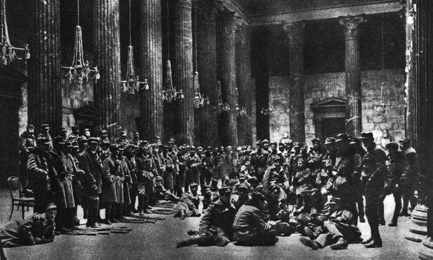 Am Tag nach den Kämpfen nahmen die siegreichen Volkswehrmänner in der Säulenhalle des Parlaments für die Presse Aufstellung.