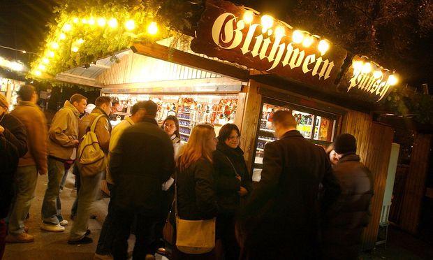 Punsch, Glühwein und noch viel mehr: Das Angebot auf Weihnachtsmärkten - hier der Christkindlmarkt am Rathausplatz - wird immer breiter.