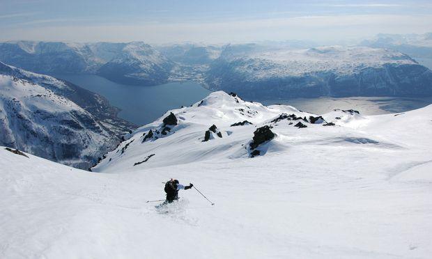 Wenig Piste, viel Terrain: Skifahren in Norge ist anders. Manchmal kommt man mit dem Schiff. Manchmal endet die Skitour am Meer.