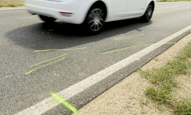 In Niederösterreich sterben zwei Mädchen, nachdem der Fahrradanhänger, den ihre Mutter per Elektrofahrrad zog, am Sonntagabend auf einer Bundesstraße von einem Auto erfasst wird.
