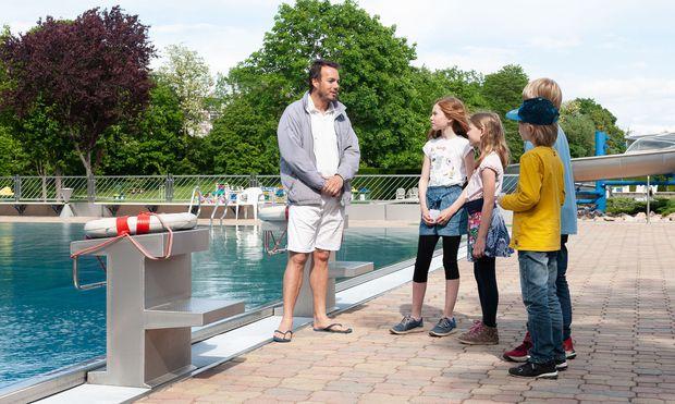 Fini, Leander, Emil und Magdalena befragen einen Wiener Bademeister.