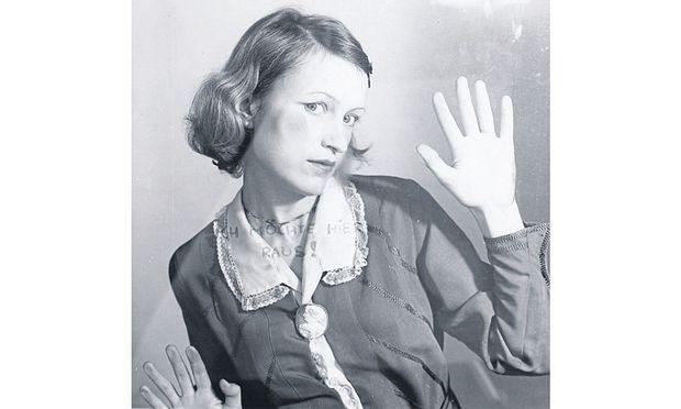 """Birgit Jürgenssen: """"Ich möchte hier raus"""", 1976."""