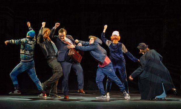 Frank Engelhardt als Herr Rickert, Stefan Rosenthal als Timm Thaler und Ensemble.