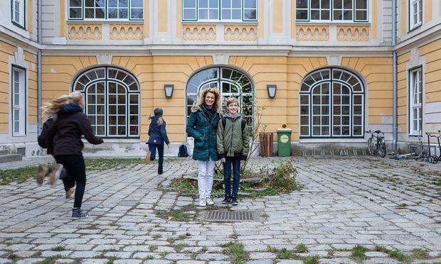 Grischka Voss mit Sohn Emil vor der Waldorfschule Wien-Mauer.