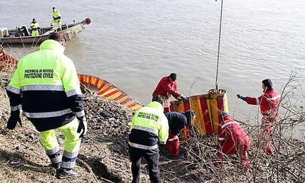 Die Einsatzkräfte versuchen, die Auswirkungen der Ölpest einzudämmen.