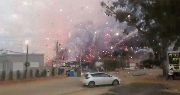 Ein Screenshots eines Videos, als Feuerwerkskörper der brennenden Fabrik explodierten.