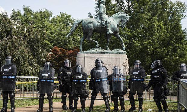 Polizisten vor dem Konföderierten-Denkmal in Charlottesville.