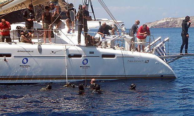 Die Crew holt Nitsch aus dem Wasser