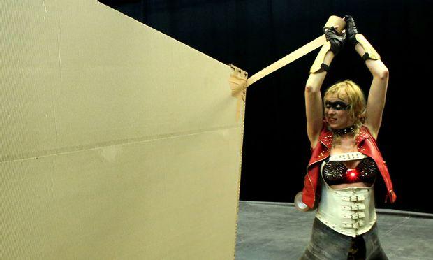 Phia Ménard mit Klebeband in Aktion: 70 Minuten braucht sie, um ihren Bau zu vollenden.