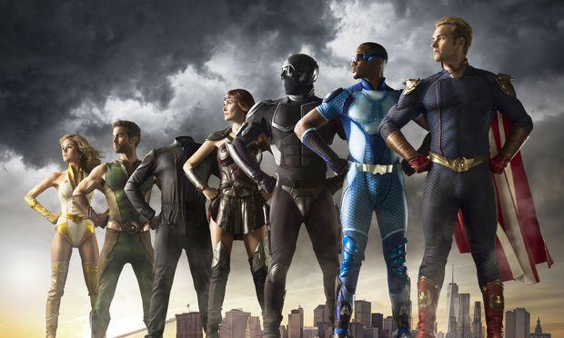Die sieben Superhelden: Der dritte von links ist nicht kopflos, er kann sich unsichtbar machen, und deshalb sieht man nur sein Kostüm.