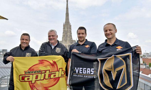 Einzigartige Kulisse für ein großartiges Projekt: Misha Donskov und Mike Kelly (Las Vegas) sowie Christian Dolezal und Franz Kalla (Capitals, v. l.) zeigen Flagge.