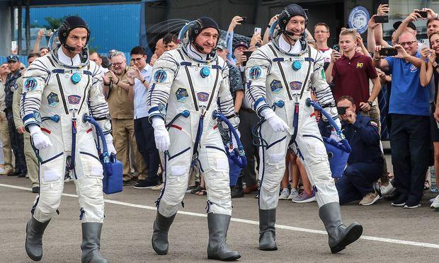 So sehen Mondanzüge also heute aus: Andrew R Morgan, Alexander Skvortsov und Luca Parmitano vor ihrem Start.