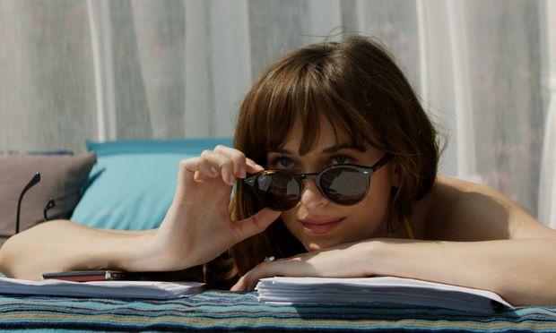 """""""Fifty Shades Freed"""": Ana (zauberhaft: Dakota Johnson) will sich an der Cˆote d'Azur ausziehen, ihr Gemahl erlaubt es nicht, sie wartet, bis er weg ist."""