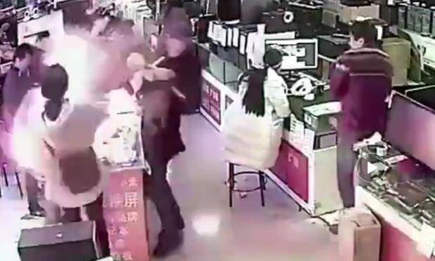 Mann beißt in iPhone-Akku: Explosion im Handy-Laden